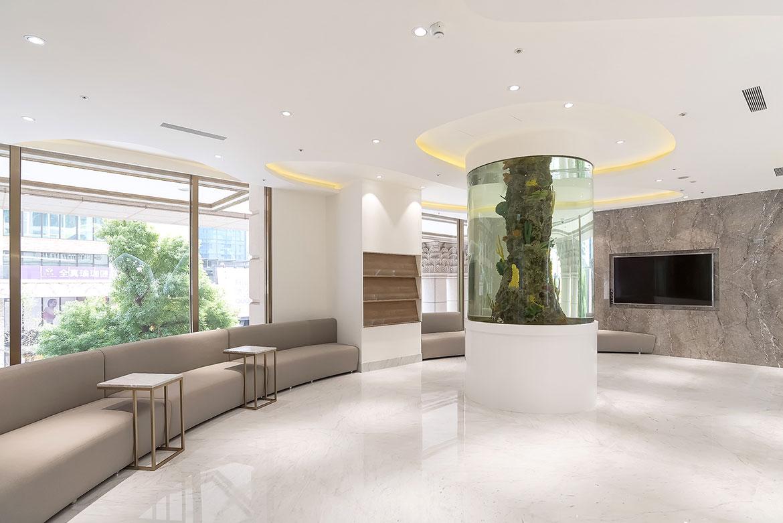 寬敞明亮的候診區讓病患放鬆心情