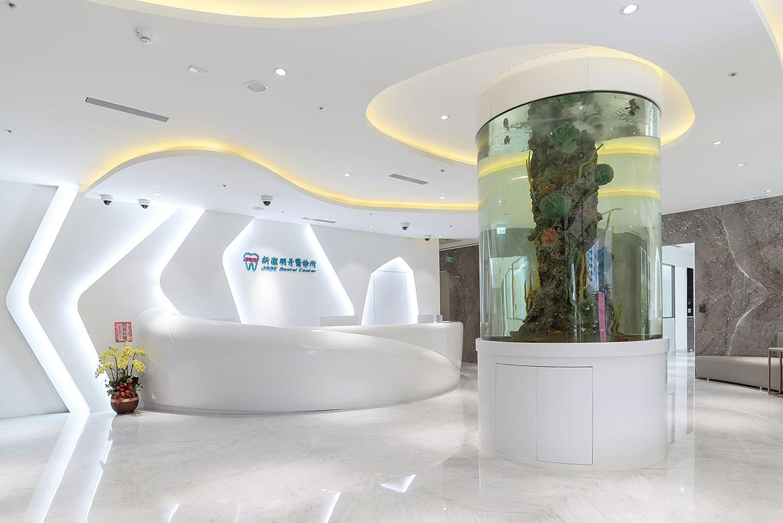 圓柱型的水族缸,為診所帶來活力及朝氣