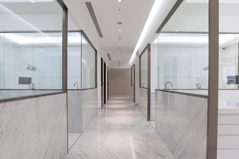 診間內寬敞的走道,給病人舒適的空間