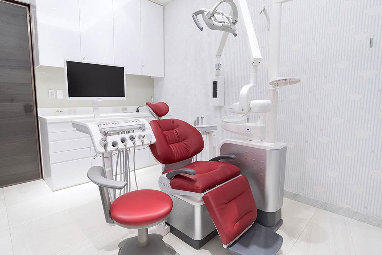 兒童專科診間上方配有電視,讓小朋友看診時放鬆心情